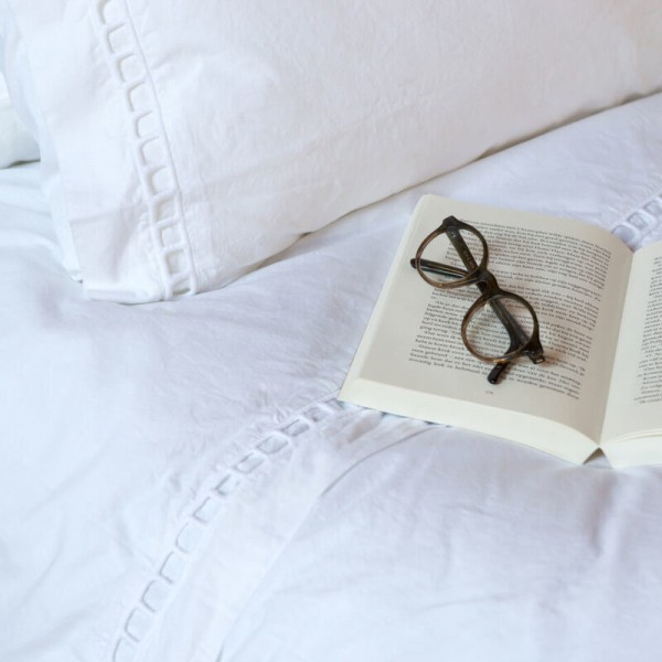 Weiße Bettwäsche Geneve mit Stickerei